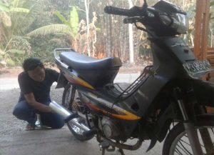 Mengecek kondisi kendaraan sepeda motor