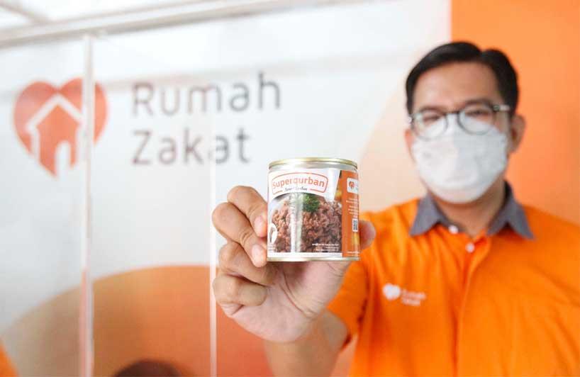 Pak Nur selaku CEO rumahzakat sedang memegang daging superqurban dalam bentuk kaleng. Foto diambil saat webinar.